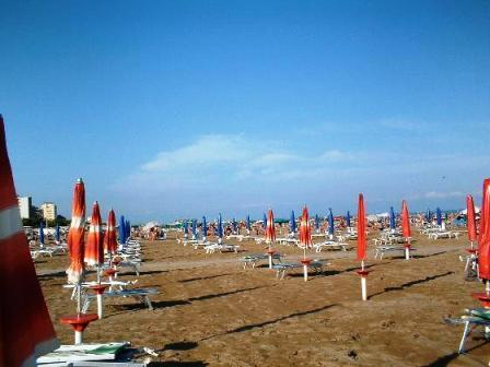 1009006-umbrellas_waiting_customers-lignano_sabbiadoro.jpg